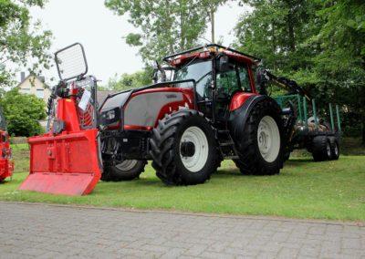 Valtra Traktor mit Schaufel